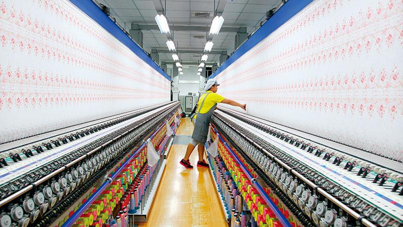 紡織業機台全天運作耗電量大,缺電一日未解,一日就是業者心頭陰影。圖為這次逃過一劫的繡花蕾絲大廠嘉方。