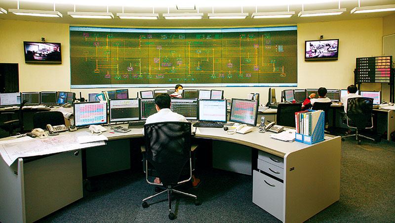8/15 下午,台電調度中心牆面顯示全台電廠發電狀態的大螢幕上,大潭電廠發電量突然跳為零,整個中心響起嗡鳴聲,18 年來最大停電,就這麼發生了⋯⋯