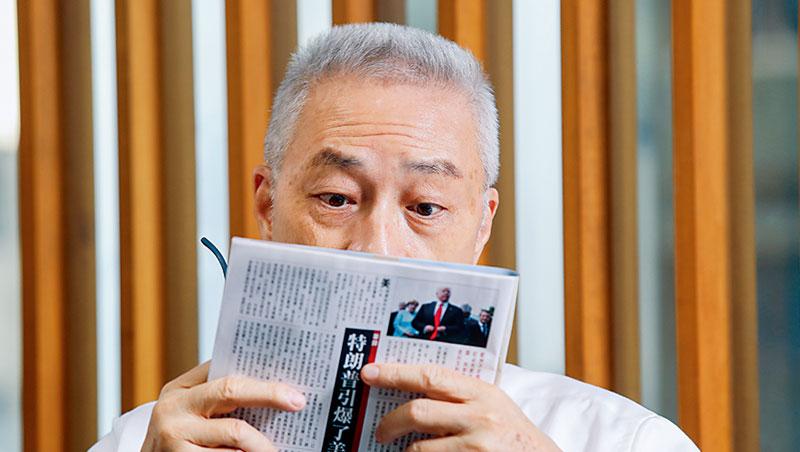 吳敦義每天閱讀報章2至3小時,已持續幾十年。當談到政壇定位、兩岸論述,他翻出自己的相關報導,親自讀給記者聽。