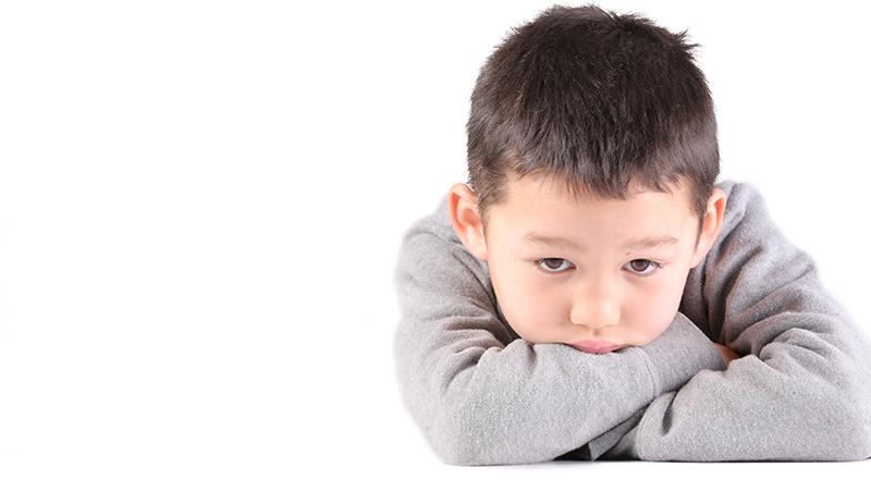 媽媽把飯菜倒在報紙上,哥哥哭著把它吃完...高材生殺7人,弟弟道出兇殘殺手可悲的童年
