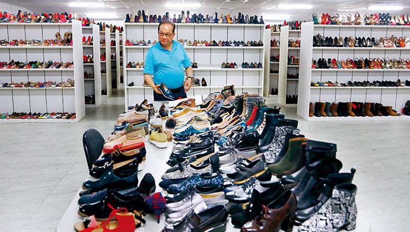 足輝董座連華榮帶我們走進台中總部,樣品室上萬雙女鞋,是曾賣遍全球的見證;如今營收掉6成,柬埔寨產線縮減。