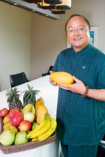 「台灣水果品質,領先全球!」一年飛18 國視察的余惠勇對我們說,他改賣黃熟的金鑽鳳梨、取名樹上熟後,台灣鳳梨銷陸便一炮而紅。