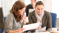 企業訓練最受歡迎課程》客戶開會摸脖子或耳朵代表什麼意思?專家教你練習職場必備「讀心術」