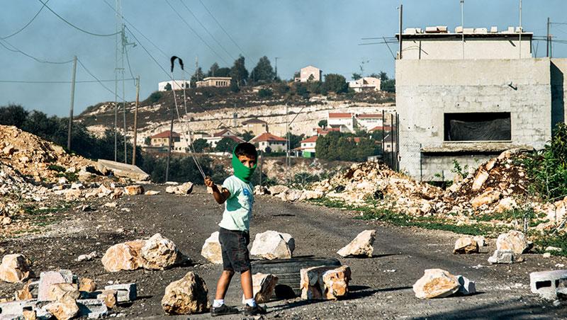 一出生,村子口就被以色列軍人封住,5歲的巴勒斯坦男孩,揮舞投石索,從小練習用石頭對抗機關槍。