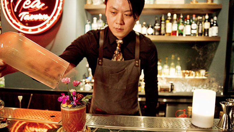 黃俊儒手法優雅,「望春蘭」杯口一片迷你花園,上桌前將茶與葡萄柚香霧引入玻璃皿扣上,掀開淡香撲鼻,滿足視覺嗅覺。