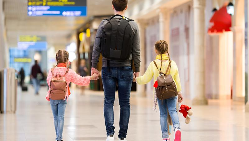 台灣導遊直呼好神!爸爸帶小孩「一打二」搭13小時長程飛機...荷蘭爸爸:小孩是隊友,不是對手