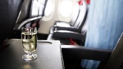 當你醉到「紅燈亮起」就只能被五花大綁!一個資深座艙長給喝酒旅客的真心忠告