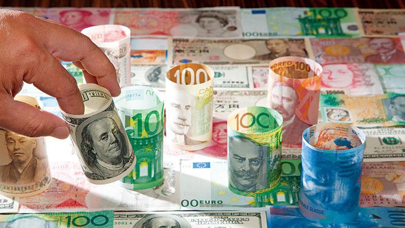 今年來美元走弱,可趁反彈時布局定存利率較高的人民幣與澳幣,到年底前較有表現空間。