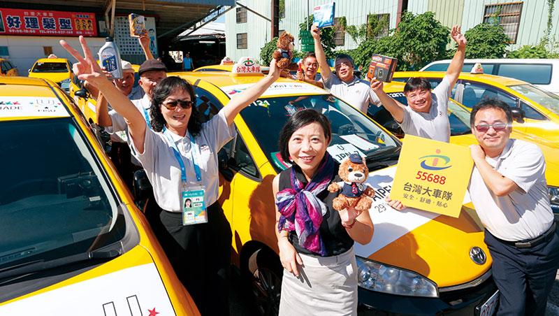 對於台灣大車隊今年上半年獲利能快速回穩,總經理李瓊淑(前) 認為,大車隊是贏在有一個比Uber 更創新的經營模式。