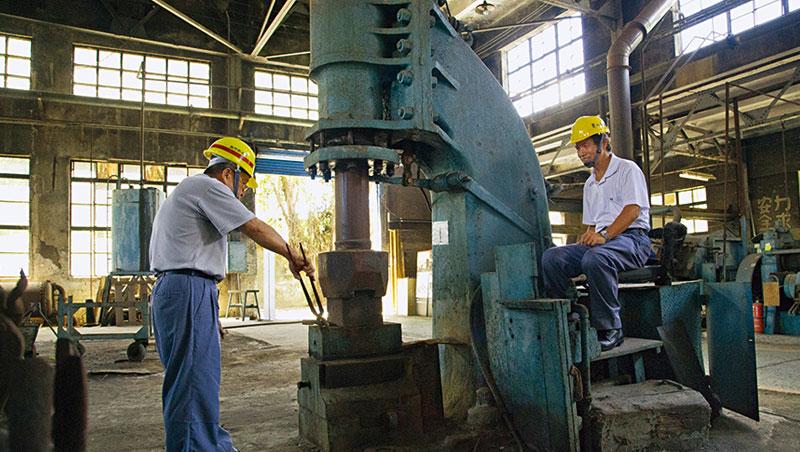 想要駕馭這台兩噸的蒸汽鎚,需要七、八年的歷練。