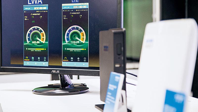 圖中黑色和白色的小盒子,是比筆電還小的基地台,將放在大樓、車站,是完備5G訊號關鍵。