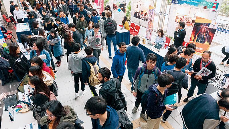 香港科技大學就業博覽會,吸引上百間公司參與。在香港,逾9 成學生參與實習。