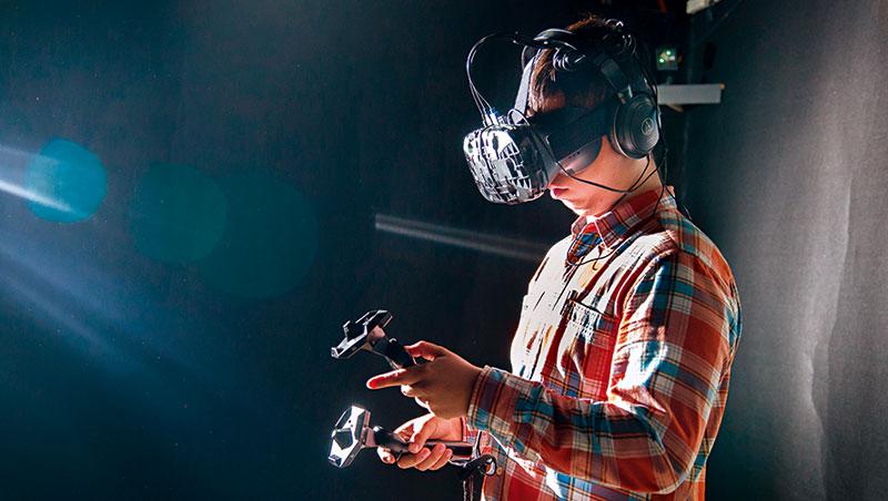 宏達電率先布局VR,對手卻憑品牌、供應鏈資源崛起,王雪紅的反攻大計,短期內恐難見效。圖為宏達電的VR頭盔Vive。