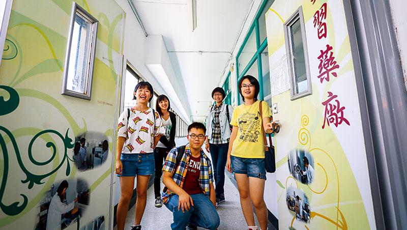 他們學測頂標生,不念台清交,選擇念嘉南藥理大學。校園的實習藥廠不僅將是他們在大學待最久的地方,這裡也孕育全台社區藥局三分之一藥師。