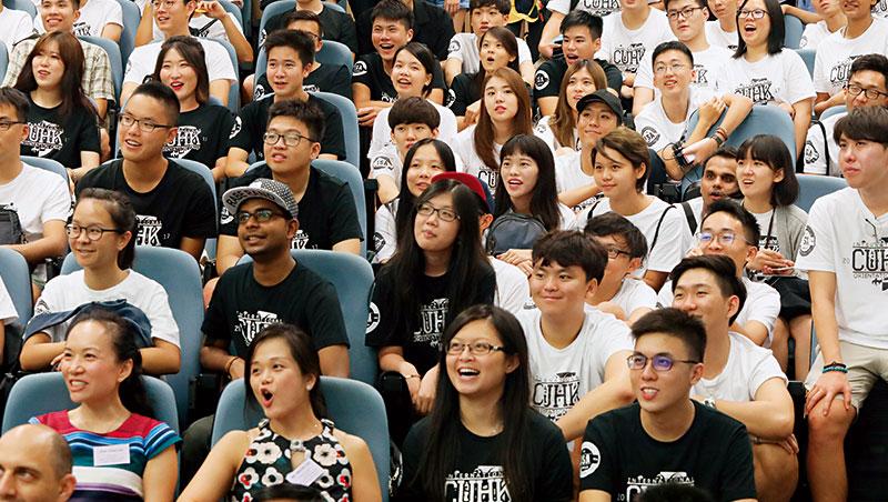 8月22日,香港中文大學的迎新活動,600名、來自26國的新生齊聚一堂,67名台灣明星高中畢業生也在其中,這是他們踏上國際舞台的第一步!