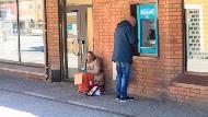 就算身上沒現金,也會提款給行乞者...》對難民行善是「仁慈」還是「無節制包容」?一個瑞典人這麼回應
