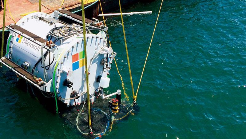 資料中心是高耗能產業,微軟為了緩解排熱與冷卻電力等問題,去年嘗試將資料中心放進海底,並計畫用潮汐發電等再生能源。