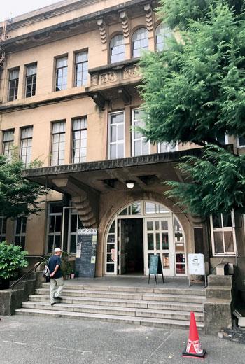 京都市立立誠小學校看起來已經廢棄許久,仔細觀看,可以發現校門旁另外立有「Traveling Coffee」的招牌。
