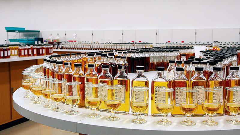 調和與單一麥芽是威士忌世界的兩大類別,前者將不同來源之麥芽與穀物威士忌調和為一,堅持穩定不變並符合品牌風格與消費者需求的口味與品質,通常柔和順口易飲,價格較平易近人。單一麥芽則指來自單一蒸餾廠的麥芽威