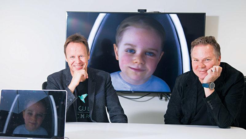 虛擬寶寶 Baby X(圖中)是賽格(圖左)以女兒為靈感設計,採訪過程中,賽格才離開鏡頭約5 秒,她先是找人,後發現沒人竟開始哭。