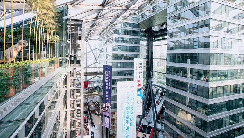 走進這座綠建築,陽光透過玻璃帷幕灑下卻有著宜人溫度,關鍵之一在於向下深挖9公尺促成降溫。綠色商機結合逾30件達利藏品,使北京芳草地吸引大批開發商朝聖。