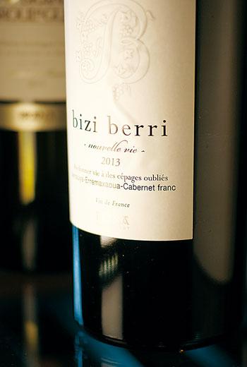 老牌名莊Domaine-Brana晚近出產的一款Bizi-Berri紅酒,捨棄卡本內蘇維濃和塔那,採用當地幾近消失的古種Arrouya混調卡本內弗朗,風味更是精緻。