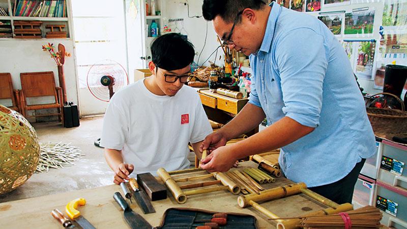 賴彥池設計的竹凳DIY課程,遊客可體驗用榫接方式組裝的樂趣。