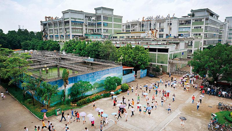 為因應未來競爭,寶成位於東莞的工廠,正實驗新一代自動化產線。