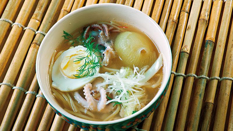 魚湯米線是緬甸的招牌路邊攤早餐,依地方食材不同衍生出許多版本。