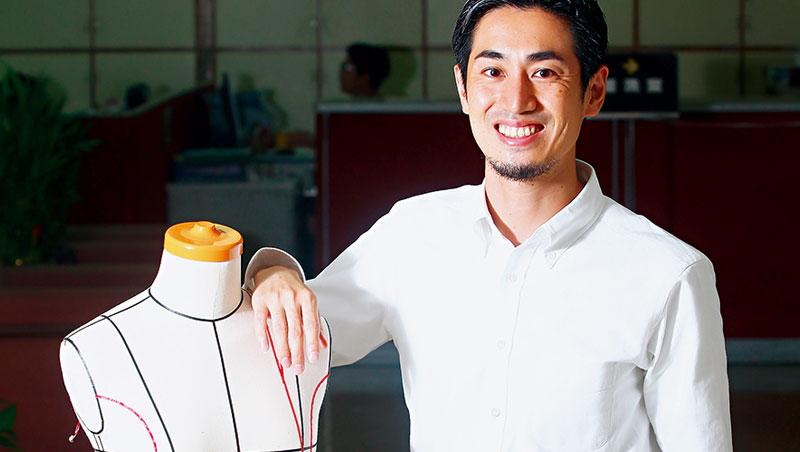 自家生產的白襯衫和牛仔褲,是山田敏夫的招牌打扮。「因為這是我的驕傲!」他說。