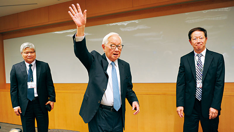 宣布交棒這一天,心情極佳的張忠謀在記者會結束時,揮手跟在場的媒體說再見。