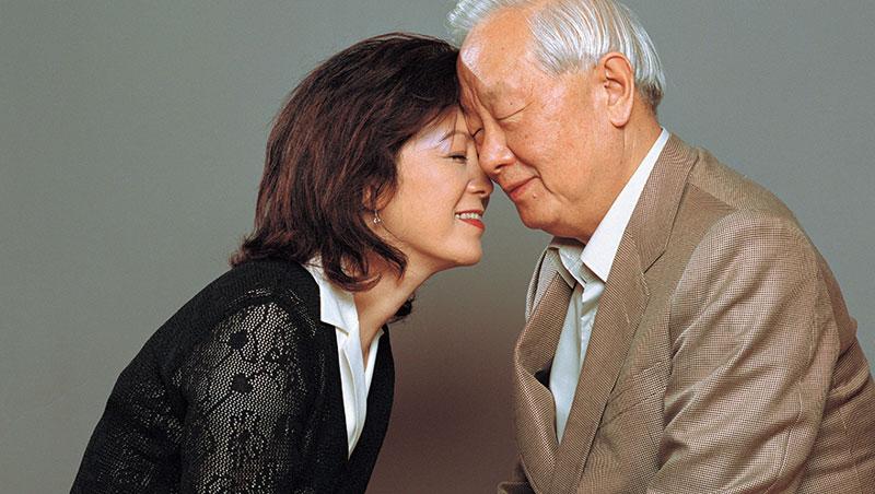 張忠謀與張淑芬不吝展現夫妻的好感情,圖為2002年,攝影大師柯錫杰為兩人合照。