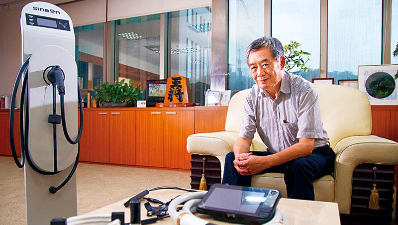 信邦董事長王紹新(圖)當年高峰轉舵的決策魄力,就如同他背後的日本將棋木雕——王將,不只霸氣而且成為信邦轉型成功的關鍵。