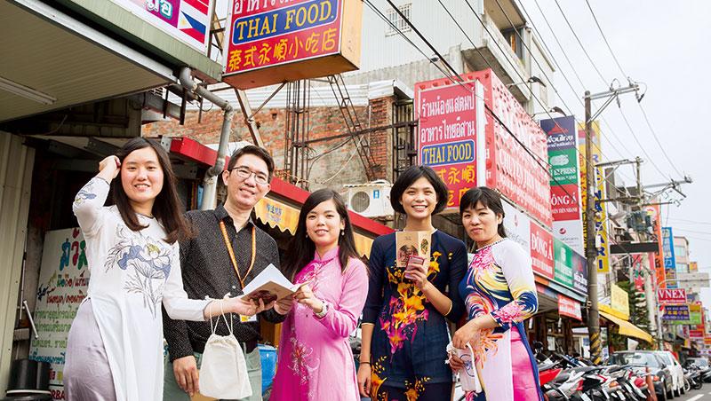 穿上越南傳統服飾奧黛,穿梭桃園火車站後站的延平路,東南亞小吃招牌林立,充滿濃厚異國風味。