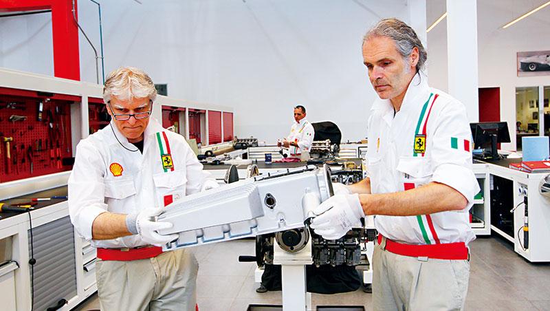 法拉利車廠回聘退休資深技師,留住其維修跑車的豐富經驗,值得借鏡。