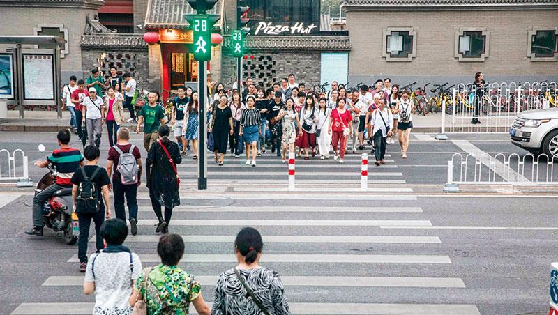 穿越北京南鑼鼓巷,抬頭就看見3 支攝影機。全中國監視攝影機有1.76 億支,是美國3.5 倍以上