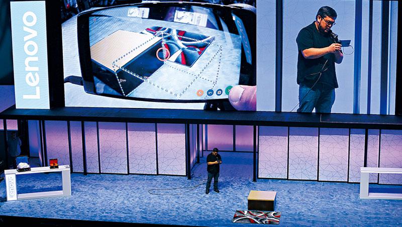 聯想推出支援Google Tango平台的智慧型手機,其具備深度環境感測功能,能實現更進階的AR應用。.