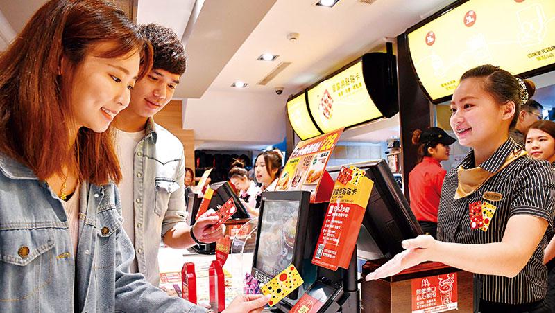 台灣麥當勞易主後,強調在地化經營,推出獨步全球的儲值卡,更花了半年訓練第一線、2萬名服務人員。