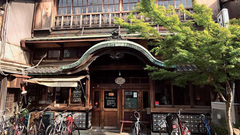 Cafe-Sarasa是傳統日式澡堂,不僅有唐破風入口,深色的木頭建材也帶著悠久歷史的痕跡,改造成咖啡館特別有味道。