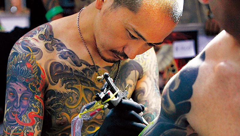 據考,刺青在江戶時代已流行,明治時期卻遭禁。直到這次判決出爐前,政府雖未明文禁止,卻常被塑造出「刺青=黑道」形象。