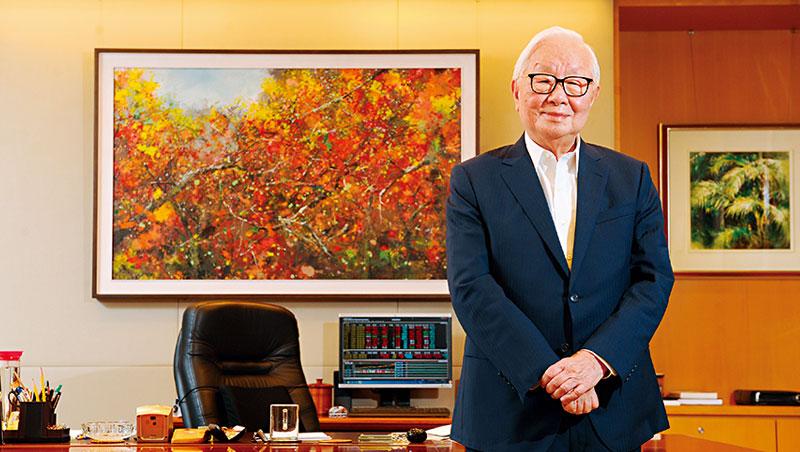 張忠謀辦公室牆上,掛著妻子張淑芬的畫作;電腦顯示著股市行情也呼應他曾說過的,股價是台積電董事長跟CEO的KPI。