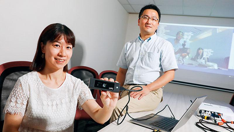 劉凌偉與簡語芳創辦立普思,簡語芳手中的深度攝影機可辨別被攝者年齡。