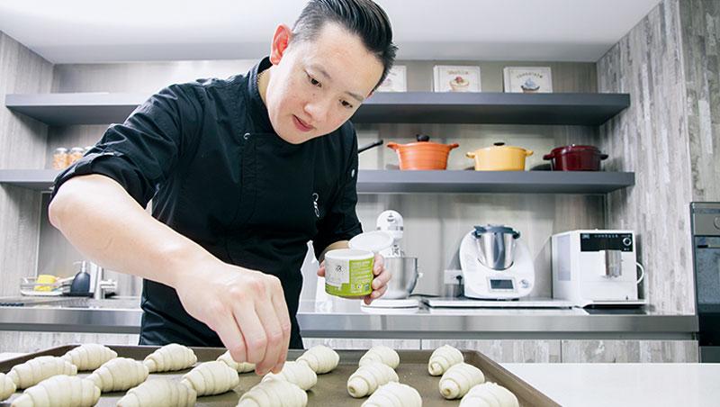 具有專業能力又有名氣的明星主廚,是許多廚藝教室力邀的授課名師,甚至連在業界工作的專業人士也會報名參加。而本次前朋廚主廚張錫源教授「海鹽奶油麵包卷」,也吸引不少粉絲跟隨學習。