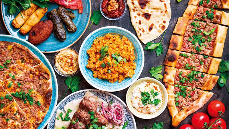 土耳其傳統用餐習慣是「整套」上桌,必須有沙拉、肉類、麵包、奶油飯,最後再來份甜點與紅茶,才算完整。