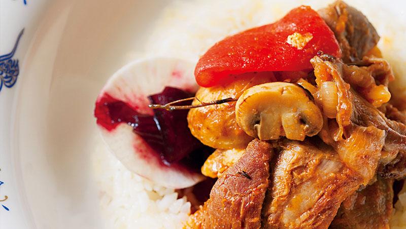桌邊服務的陶甕羊肉,容器是特製的,可重複使用。甕裡各種食材互相融合,味道鮮美,口感軟嫩滑順。