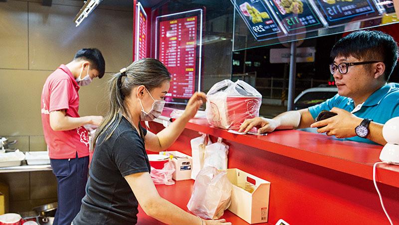 胖老爹炸雞店的加盟者9成以上年齡不到35歲,最小是20歲,已成為時下年輕人的創業標的。