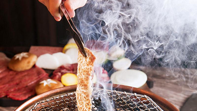 切得極薄的宮崎牛紐約客燒肉,烤3秒剛剛好!否則油脂散盡就失去香氣與口感了。