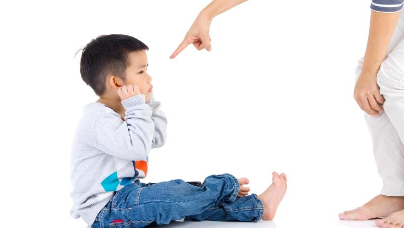 不要在孩子生氣動手打你的時候,故意假裝很痛!威嚴的父母,才能教會孩子明辨是非