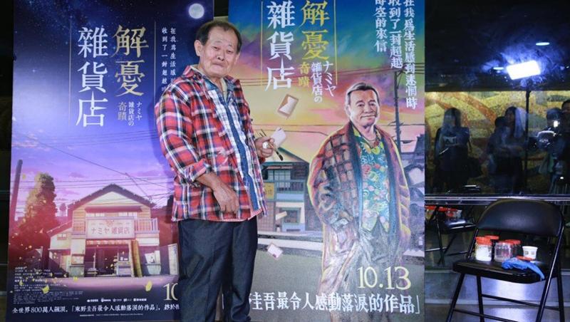 《解憂雜貨店》海報是他畫的!曾一個月畫200多幅,全台最後一個手繪電影看板畫師,日本影商都大讚