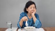 生一個孫子就賞媳婦2千萬,中國大媽去旅遊卻只肯花300元買茶...為什麼越有錢的人越吝嗇?